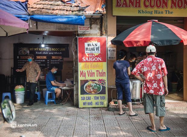 Xếp hàng dài mua đồ ăn ở Long Biên (Hà Nội): Khách mang cả cái nồi to, chủ quán làm 500 tô/ngày vẫn không đủ bán - Ảnh 5.