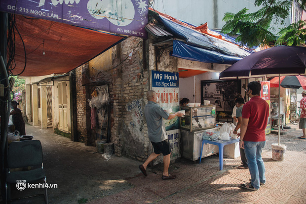 Xếp hàng dài mua đồ ăn ở Long Biên (Hà Nội): Khách mang cả cái nồi to, chủ quán làm 500 tô/ngày vẫn không đủ bán - Ảnh 6.