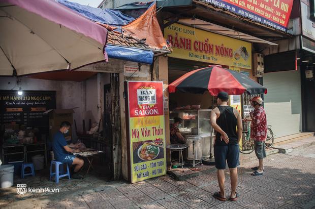 Xếp hàng dài mua đồ ăn ở Long Biên (Hà Nội): Khách mang cả cái nồi to, chủ quán làm 500 tô/ngày vẫn không đủ bán - Ảnh 7.