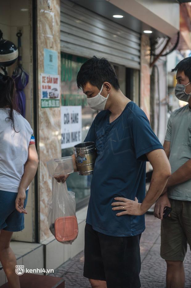 Xếp hàng dài mua đồ ăn ở Long Biên (Hà Nội): Khách mang cả cái nồi to, chủ quán làm 500 tô/ngày vẫn không đủ bán - Ảnh 9.