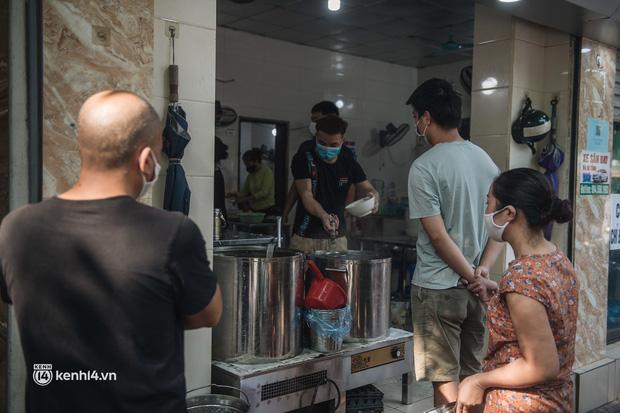 Xếp hàng dài mua đồ ăn ở Long Biên (Hà Nội): Khách mang cả cái nồi to, chủ quán làm 500 tô/ngày vẫn không đủ bán - Ảnh 10.