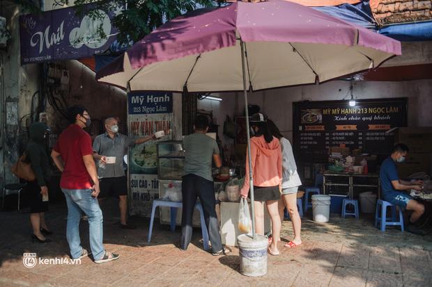 Xếp hàng dài mua đồ ăn ở Long Biên (Hà Nội): Khách mang cả cái nồi to, chủ quán làm 500 tô/ngày vẫn không đủ bán - Ảnh 13.