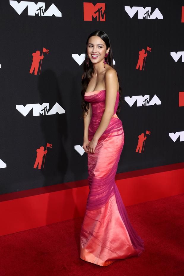 """Siêu thảm đỏ VMAs 2021: Olivia Rodrigo ngực khủng đè bẹp Camila Cabello """"dừ chát"""", Megan Fox mặc như không dẫn đầu dàn mỹ nhân phô da thịt - Ảnh 5."""