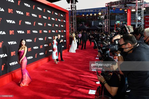 """Siêu thảm đỏ VMAs 2021: Olivia Rodrigo ngực khủng đè bẹp Camila Cabello """"dừ chát"""", Megan Fox mặc như không dẫn đầu dàn mỹ nhân phô da thịt - Ảnh 6."""