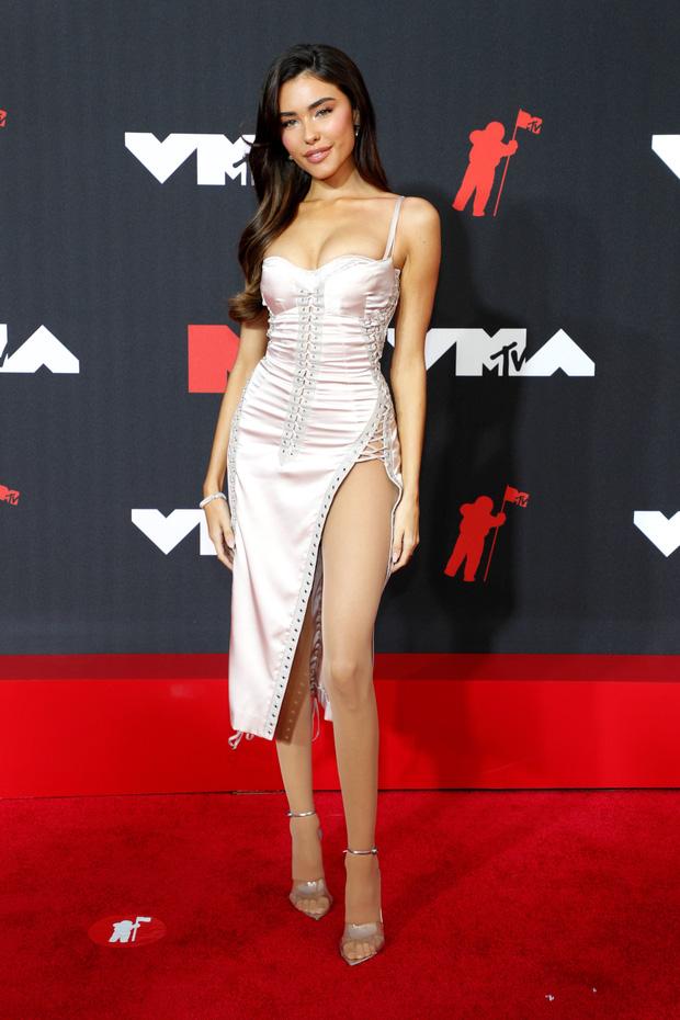 """Siêu thảm đỏ VMAs 2021: Olivia Rodrigo ngực khủng đè bẹp Camila Cabello """"dừ chát"""", Megan Fox mặc như không dẫn đầu dàn mỹ nhân phô da thịt - Ảnh 17."""