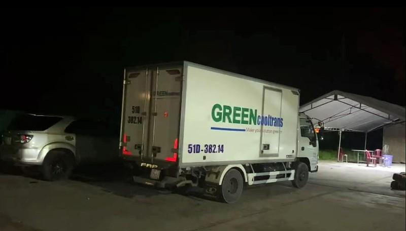 Sốc: Xe tải chở 15 người có cả trẻ em trong thùng xe đông lạnh để thông chốt, nhiều người vã mồ hôi, khó thở - Ảnh 1.