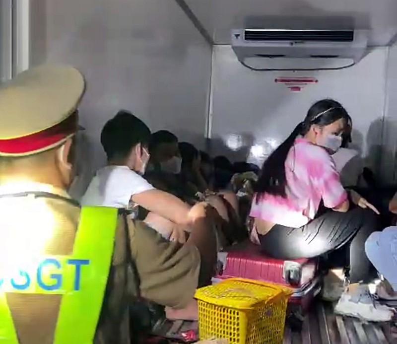 Sốc: Xe tải chở 15 người có cả trẻ em trong thùng xe đông lạnh để thông chốt, nhiều người vã mồ hôi, khó thở - Ảnh 2.