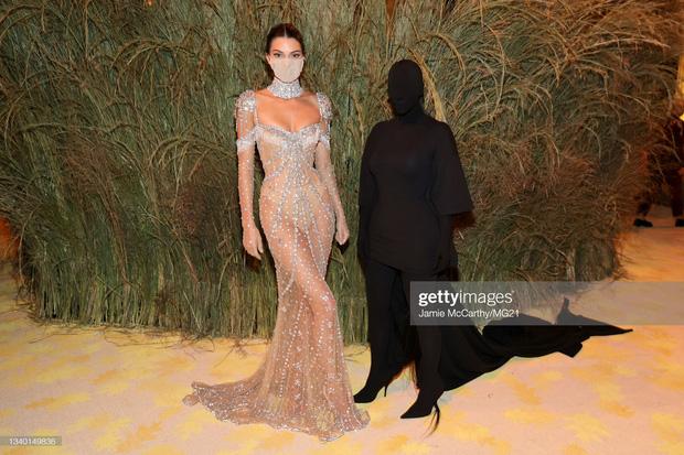 Chị em Kardashian chặt chém Met Gala: Nữ thần Kendall Jenner đẹp nghẹt thở, kéo sang Kim mà phải thốt lên Ối trời ơi! - Ảnh 16.