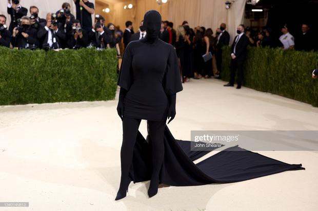 Chị em Kardashian chặt chém Met Gala: Nữ thần Kendall Jenner đẹp nghẹt thở, kéo sang Kim mà phải thốt lên Ối trời ơi! - Ảnh 10.