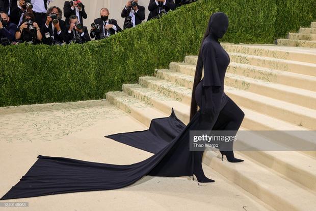 Chị em Kardashian chặt chém Met Gala: Nữ thần Kendall Jenner đẹp nghẹt thở, kéo sang Kim mà phải thốt lên Ối trời ơi! - Ảnh 11.