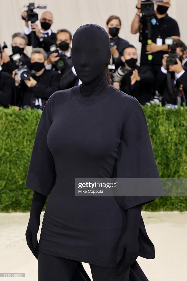 Chị em Kardashian chặt chém Met Gala: Nữ thần Kendall Jenner đẹp nghẹt thở, kéo sang Kim mà phải thốt lên Ối trời ơi! - Ảnh 12.