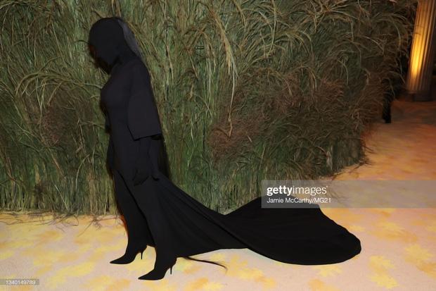 Chị em Kardashian chặt chém Met Gala: Nữ thần Kendall Jenner đẹp nghẹt thở, kéo sang Kim mà phải thốt lên Ối trời ơi! - Ảnh 14.