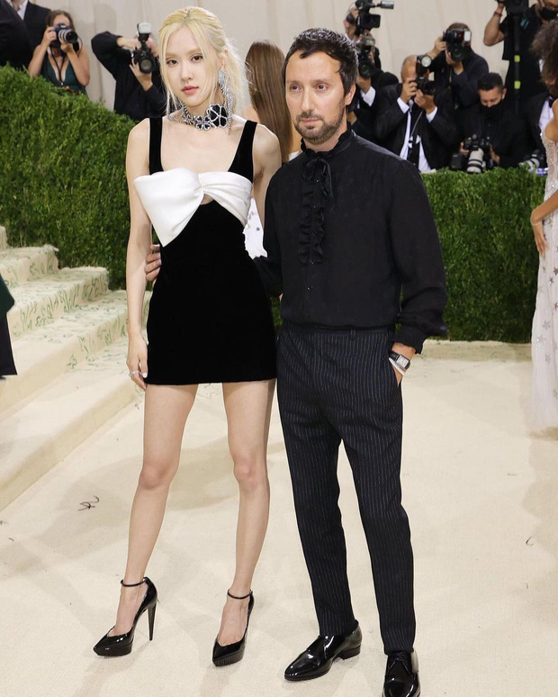 Met Gala 2021: Rosé được chính GĐ sáng tạo Saint Laurent hộ tống đi thảm đỏ, Rihanna và người yêu rủ nhau quấn chăn, CL mặc gì thế này? - Ảnh 5.