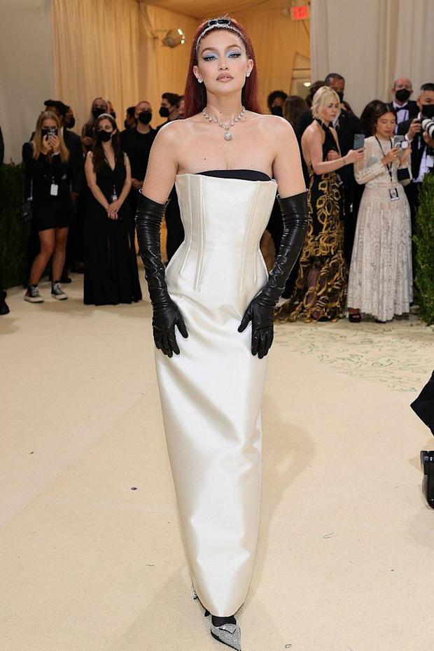Met Gala 2021: Rosé được chính GĐ sáng tạo Saint Laurent hộ tống đi thảm đỏ, Rihanna và người yêu rủ nhau quấn chăn, CL mặc gì thế này? - Ảnh 10.