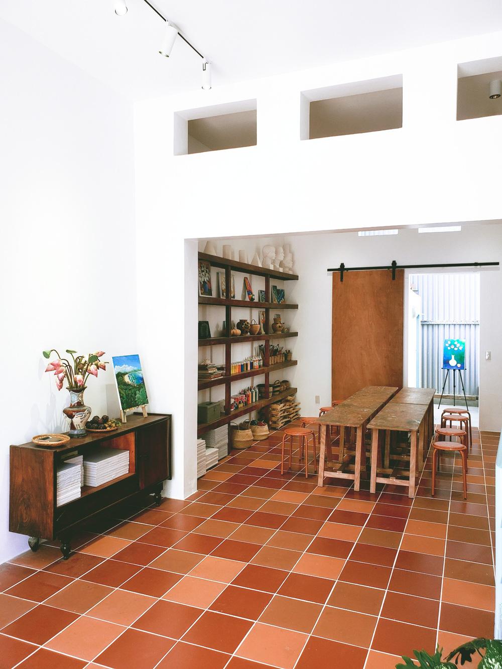 Vợ chồng giáo viên mỹ thuật phù phép nhà cũ 30 năm tuổi thành không gian chuẩn nghệ, ngắm góc nào cũng thấy thích - Ảnh 4.