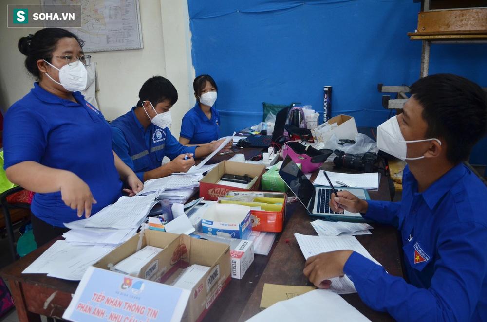 Bố mẹ là F0, nữ sinh ở tại UBND vừa học vừa đi giao sách vở miễn phí cho học sinh TP.HCM - Ảnh 11.
