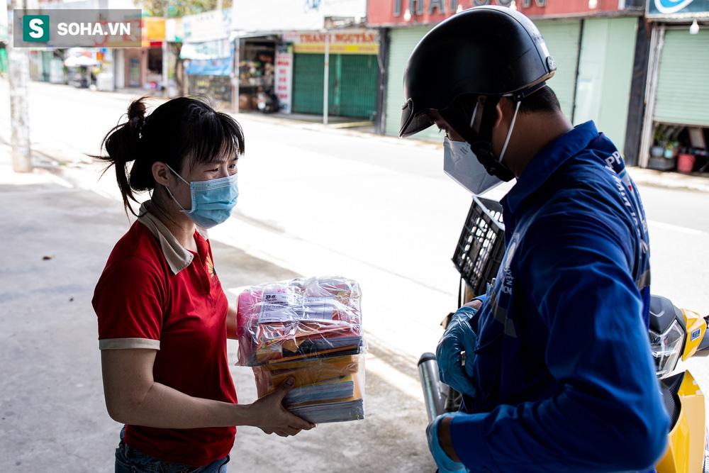 Bố mẹ là F0, nữ sinh ở tại UBND vừa học vừa đi giao sách vở miễn phí cho học sinh TP.HCM - Ảnh 9.