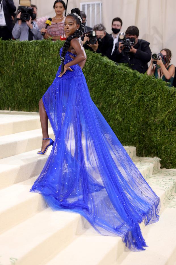 Met Gala 2021: Rosé được chính GĐ sáng tạo Saint Laurent hộ tống đi thảm đỏ, Rihanna và người yêu rủ nhau quấn chăn, CL mặc gì thế này? - Ảnh 38.