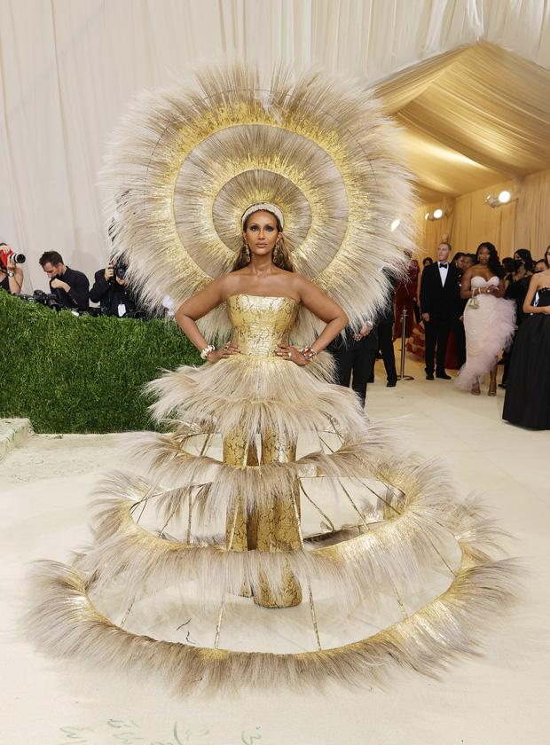 Met Gala 2021: Rosé được chính GĐ sáng tạo Saint Laurent hộ tống đi thảm đỏ, Rihanna và người yêu rủ nhau quấn chăn, CL mặc gì thế này? - Ảnh 34.