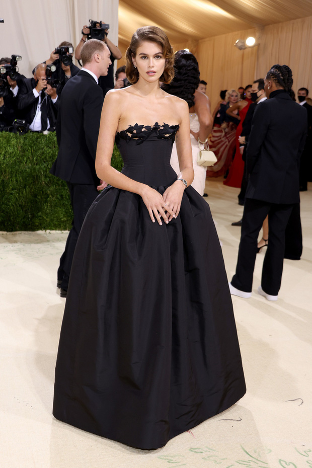 Met Gala 2021: Rosé được chính GĐ sáng tạo Saint Laurent hộ tống đi thảm đỏ, Rihanna và người yêu rủ nhau quấn chăn, CL mặc gì thế này? - Ảnh 28.