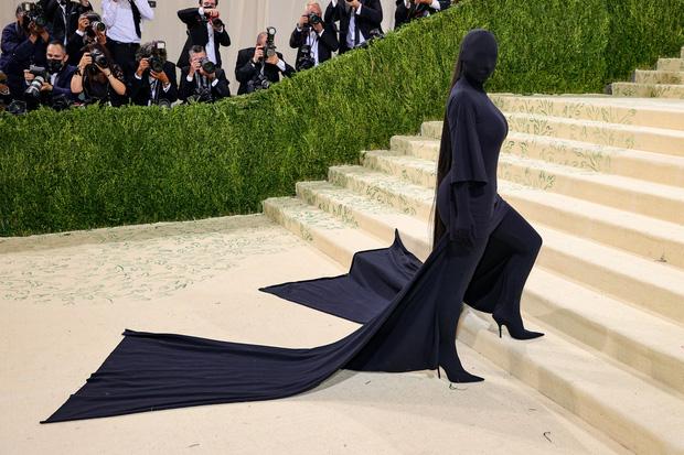 Met Gala 2021: Rosé được chính GĐ sáng tạo Saint Laurent hộ tống đi thảm đỏ, Rihanna và người yêu rủ nhau quấn chăn, CL mặc gì thế này? - Ảnh 16.