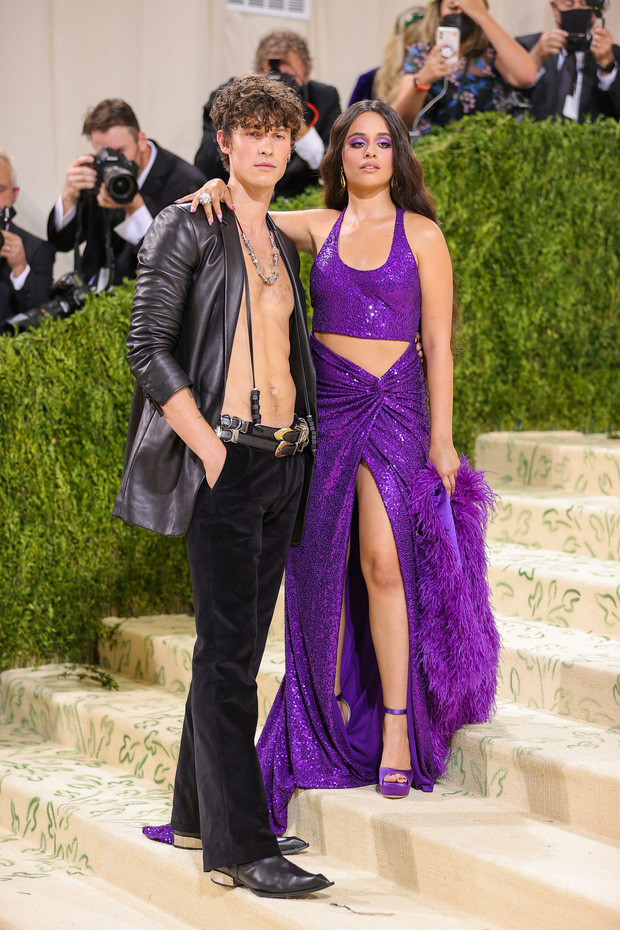 Met Gala 2021: Rosé được chính GĐ sáng tạo Saint Laurent hộ tống đi thảm đỏ, Rihanna và người yêu rủ nhau quấn chăn, CL mặc gì thế này? - Ảnh 17.