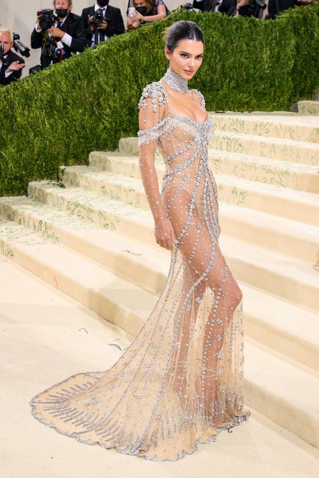Met Gala 2021: Rosé được chính GĐ sáng tạo Saint Laurent hộ tống đi thảm đỏ, Rihanna và người yêu rủ nhau quấn chăn, CL mặc gì thế này? - Ảnh 9.