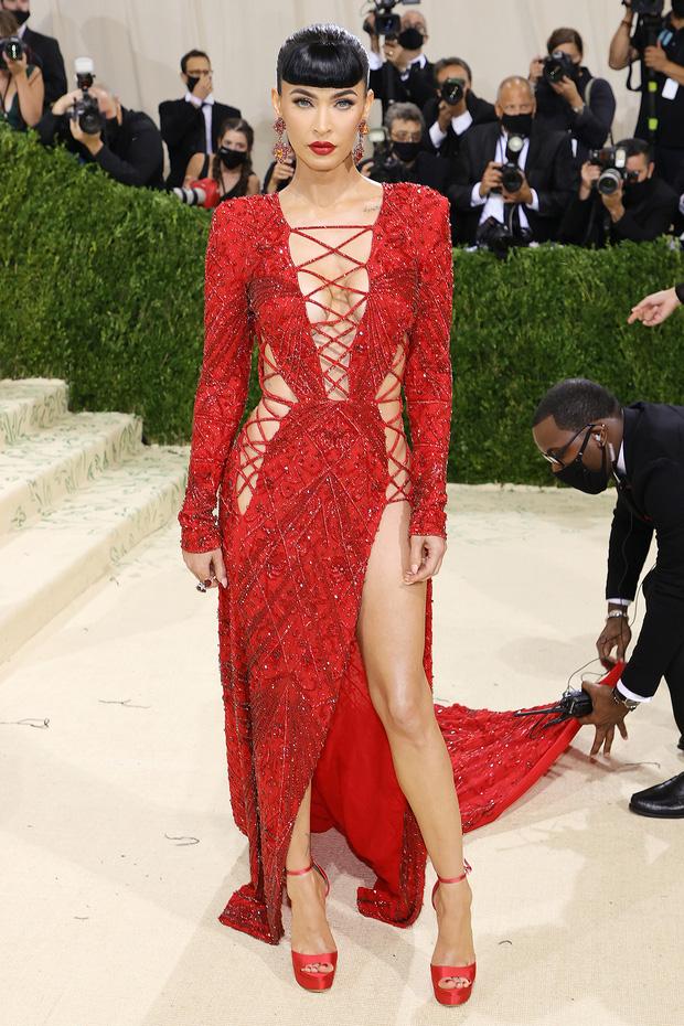 Met Gala 2021: Rosé được chính GĐ sáng tạo Saint Laurent hộ tống đi thảm đỏ, Rihanna và người yêu rủ nhau quấn chăn, CL mặc gì thế này? - Ảnh 25.