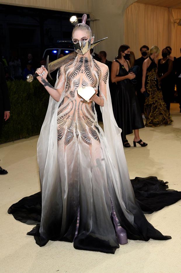Met Gala 2021: Rosé được chính GĐ sáng tạo Saint Laurent hộ tống đi thảm đỏ, Rihanna và người yêu rủ nhau quấn chăn, CL mặc gì thế này? - Ảnh 31.
