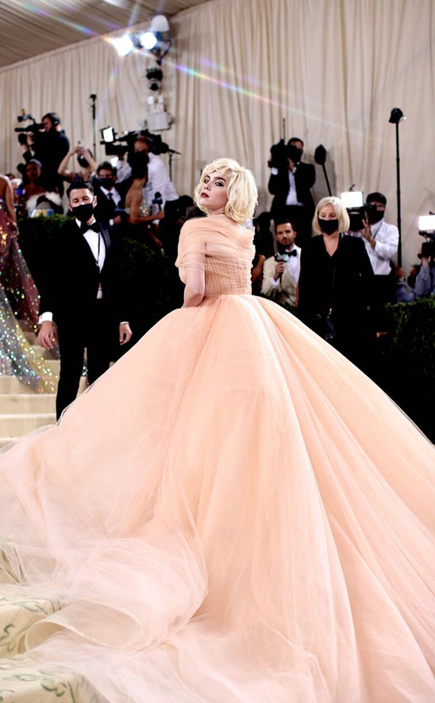 Met Gala 2021: Rosé được chính GĐ sáng tạo Saint Laurent hộ tống đi thảm đỏ, Rihanna và người yêu rủ nhau quấn chăn, CL mặc gì thế này? - Ảnh 22.