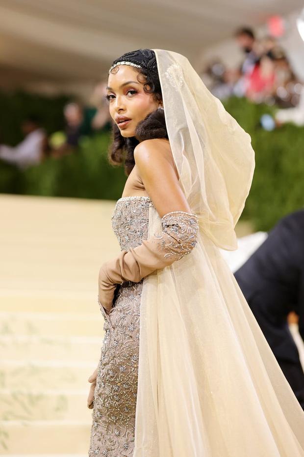 Met Gala 2021: Rosé được chính GĐ sáng tạo Saint Laurent hộ tống đi thảm đỏ, Rihanna và người yêu rủ nhau quấn chăn, CL mặc gì thế này? - Ảnh 32.