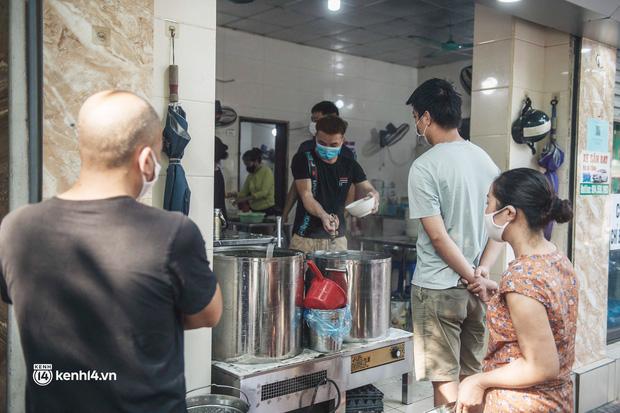 Hà Nội: Danh sách 22 quận, huyện, thị xã dự kiến được bán hàng ăn, uống mang về từ 12h ngày 16/9 - Ảnh 1.