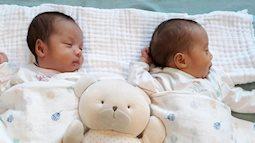 Khoảnh khắc 2 bé sinh non được đẩy đi gây xúc động, mẹ trẻ stress nặng chỉ ngồi nhìn bé khóc trong những ngày đầu chăm con