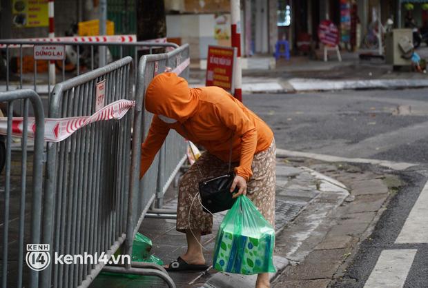 Ảnh: Phong toả 5 tiệm vàng trên phố Trần Nhân Tông sau ca dương tính SARS-CoV-2 - Ảnh 6.