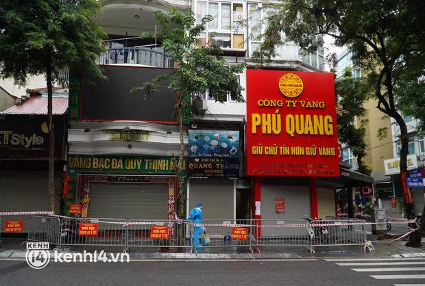 Ảnh: Phong toả 5 tiệm vàng trên phố Trần Nhân Tông sau ca dương tính SARS-CoV-2 - Ảnh 1.