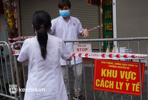 Ảnh: Phong toả 5 tiệm vàng trên phố Trần Nhân Tông sau ca dương tính SARS-CoV-2 - Ảnh 3.