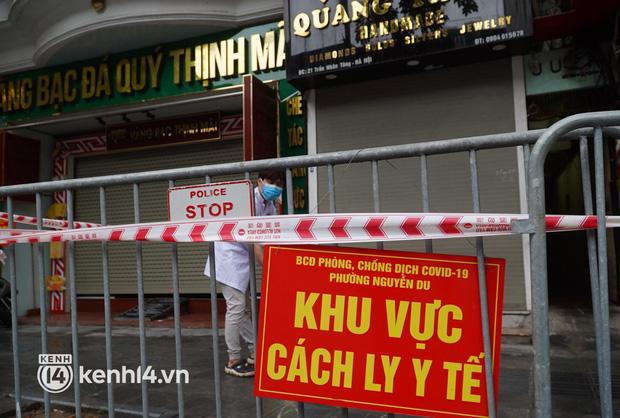 Ảnh: Phong toả 5 tiệm vàng trên phố Trần Nhân Tông sau ca dương tính SARS-CoV-2 - Ảnh 8.