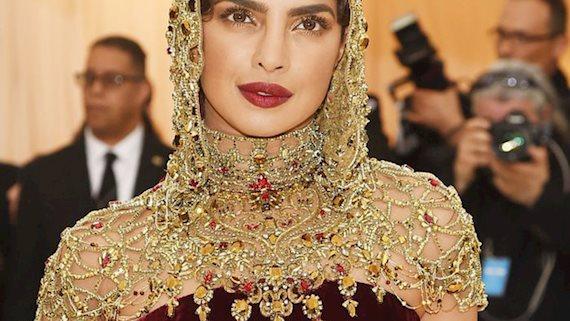 """Hoa hậu Thế giới dự Met Gala: Không cần hở bạo vẫn thành """"nữ hoàng"""" thảm đỏ, chấp luôn khuyết điểm bị bóc trần khi zoom cận"""