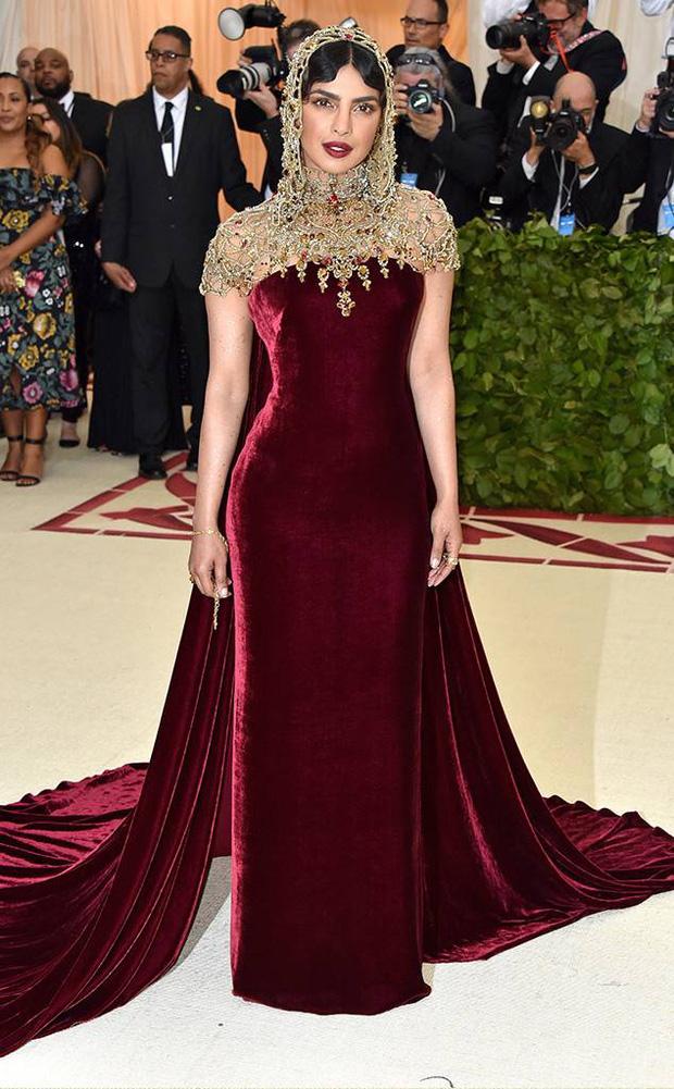 Khi Hoa hậu Thế giới dự Met Gala: Sang chảnh lộng lẫy như nữ hoàng, lộ khuyết điểm khi zoom cận mặt nhưng vẫn đẹp rụng rời - Ảnh 3.