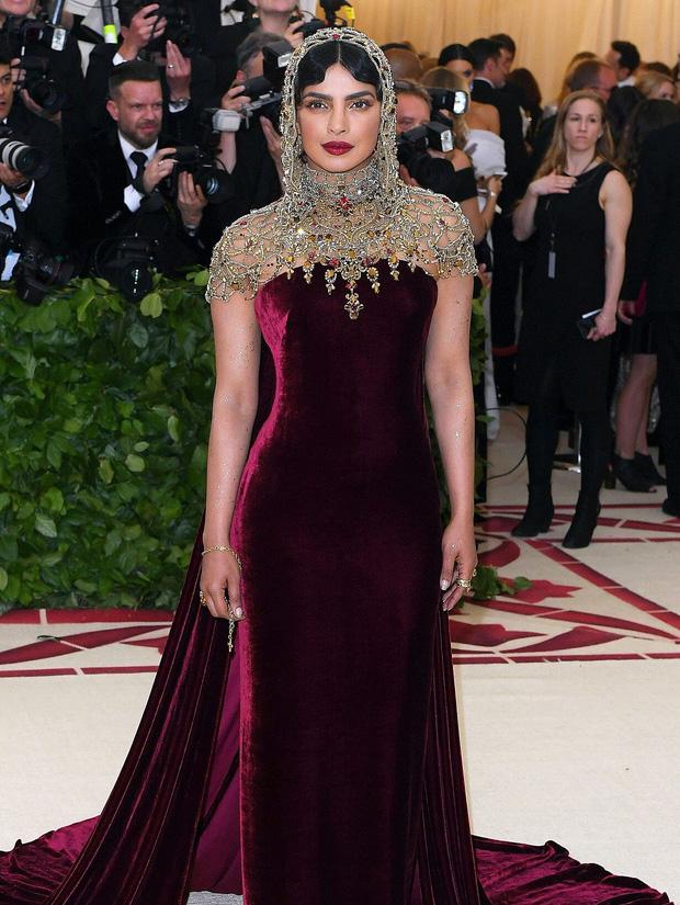 Khi Hoa hậu Thế giới dự Met Gala: Sang chảnh lộng lẫy như nữ hoàng, lộ khuyết điểm khi zoom cận mặt nhưng vẫn đẹp rụng rời - Ảnh 4.