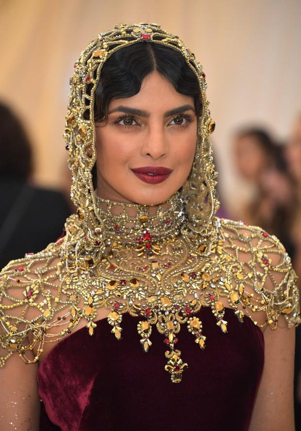 Khi Hoa hậu Thế giới dự Met Gala: Sang chảnh lộng lẫy như nữ hoàng, lộ khuyết điểm khi zoom cận mặt nhưng vẫn đẹp rụng rời - Ảnh 8.