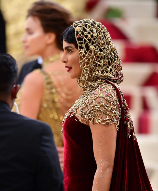 Khi Hoa hậu Thế giới dự Met Gala: Sang chảnh lộng lẫy như nữ hoàng, lộ khuyết điểm khi zoom cận mặt nhưng vẫn đẹp rụng rời - Ảnh 9.