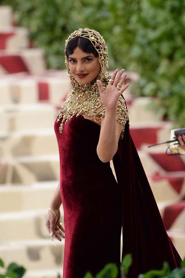 Khi Hoa hậu Thế giới dự Met Gala: Sang chảnh lộng lẫy như nữ hoàng, lộ khuyết điểm khi zoom cận mặt nhưng vẫn đẹp rụng rời - Ảnh 10.