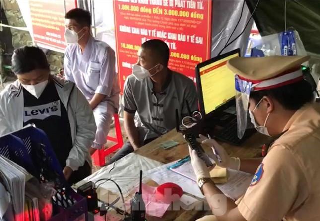 Lập biên bản tài xế xe cứu thương gắn bảng Giang Kim Cúc và các cộng sự - Ảnh 1.