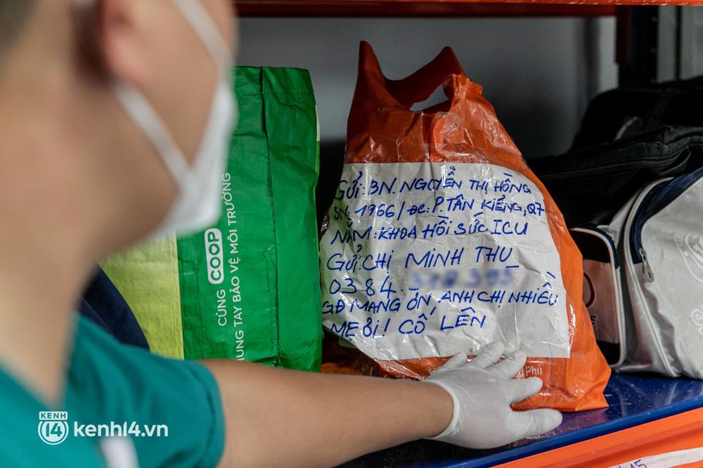 Nghẹn lòng trao lại kỷ vật cho thân nhân người bệnh qua đời vì COVID-19 tại Bệnh viện Dã chiến số 16 - Ảnh 2.
