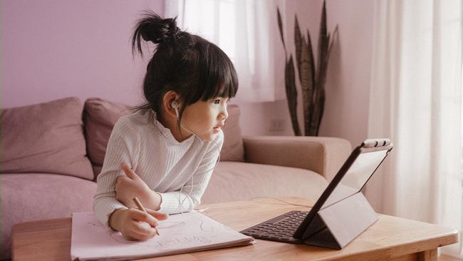 Ngồi kèm con học online, bà mẹ phát hiện 1 sự thật động trời, bức xúc đến nỗi phải