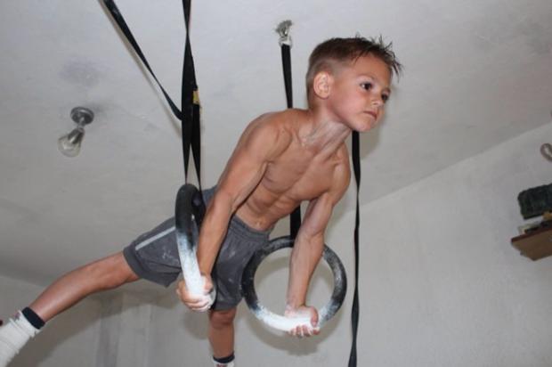 """""""Cậu bé khoẻ nhất hành tinh"""" gây bão khắp thế giới với cơ bắp 6 múi cuồn cuộn giờ ra sao? Ngoại hình sau khi dậy thì gây bất ngờ - Ảnh 1."""