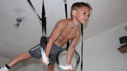 """""""Cậu bé khoẻ nhất hành tinh"""" gây bão khắp thế giới với cơ bắp 6 múi cuồn cuộn giờ ra sao? Ngoại hình sau khi dậy thì gây bất ngờ"""