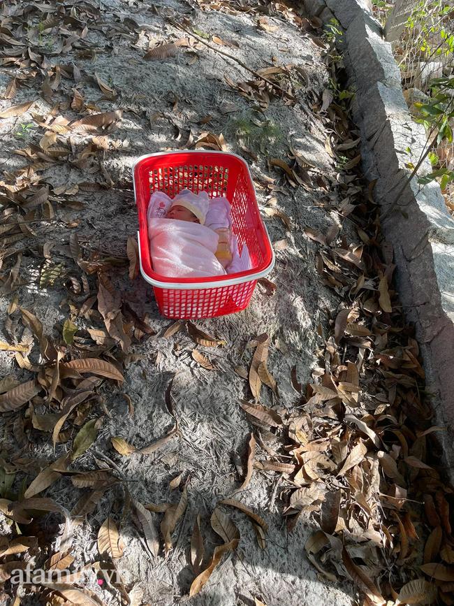 Bé sơ sinh nằm trong chiếc giỏ đỏ bỏ lại ven đường, mảnh giấy ghi lời nhắn vỏn vẹn 3 từ khiến nhiều người xót xa - Ảnh 1.