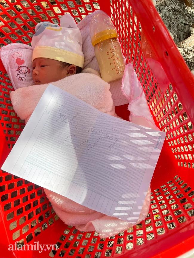 Bé sơ sinh nằm trong chiếc giỏ đỏ bỏ lại ven đường, mảnh giấy ghi lời nhắn vỏn vẹn 3 từ khiến nhiều người xót xa - Ảnh 2.